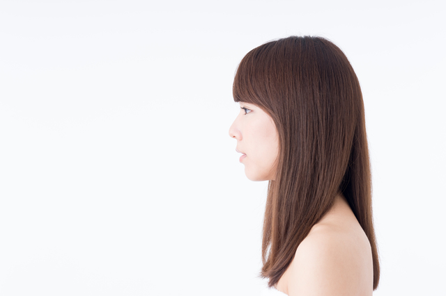 横向きのストレートヘアーの女性