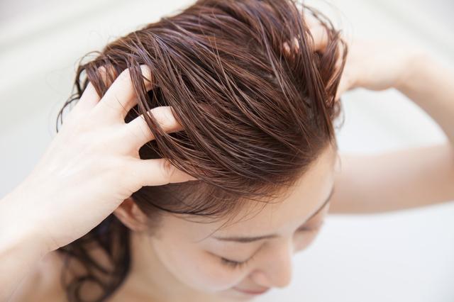 KAMIKA(カミカ)で頭皮をマッサージしている女性